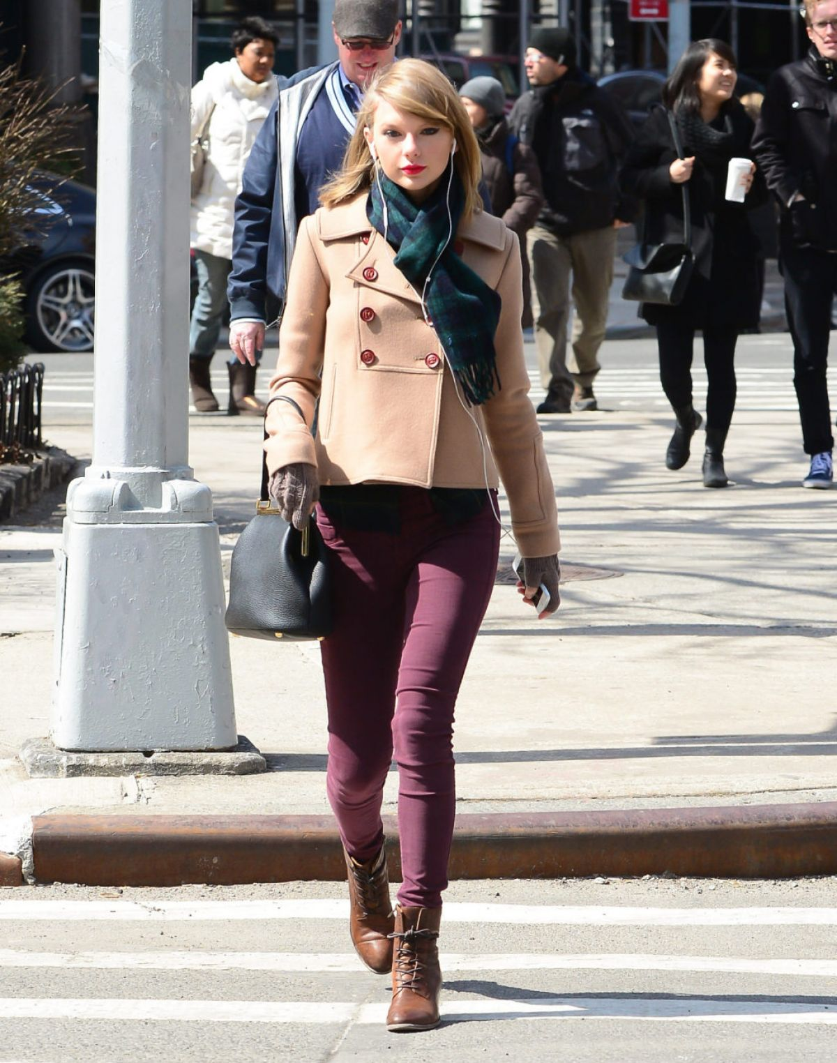 Taylor Swift Out And About In New York 2703 1 Real Estate Weekly